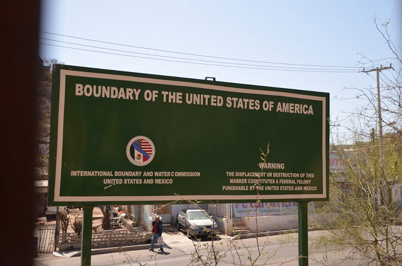 Sign marking the US/Mexico boundary.